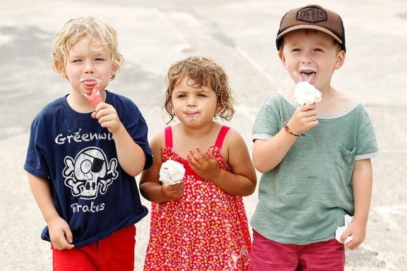 kids eating ice cream