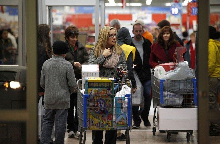 Les consommateurs profitent des offres du Black Friday en faisant leurs achats le jeudi soir
