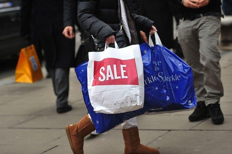 Les acheteurs de Noël recherchent des cadeaux dans la rue principale