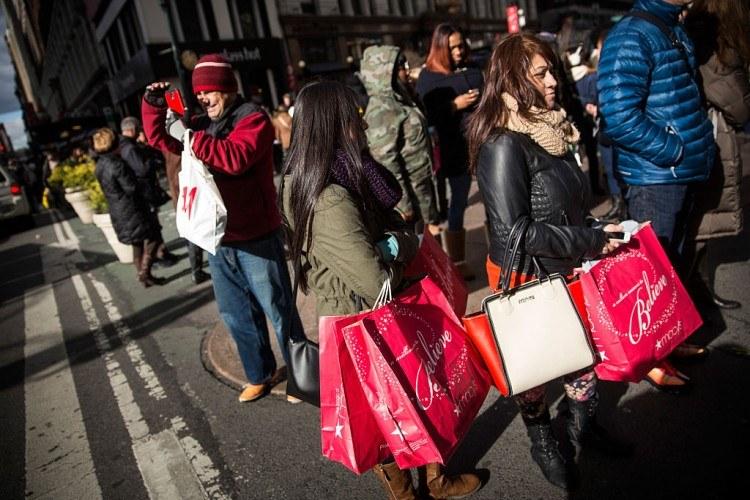 Les acheteurs du Black Friday recherchent les bonnes affaires des Fêtes