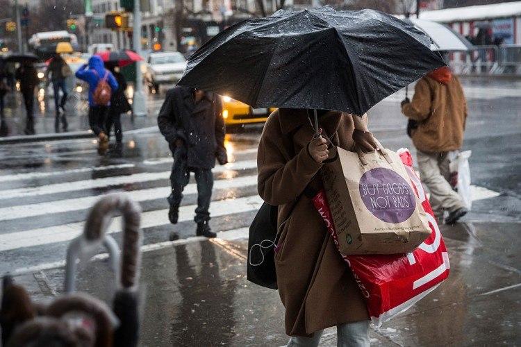 Les acheteurs de dernière minute se précipitent pour trouver des cadeaux de vacances la veille de Noël