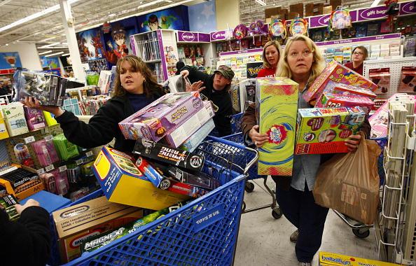"""Des détaillants enthousiastes accueillent des foules d'acheteurs lors du """"vendredi noir"""""""